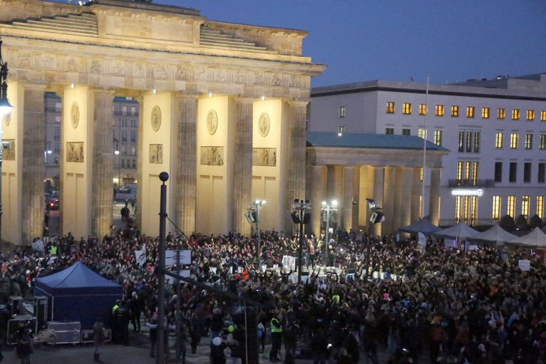 One Billion Rising vor dem Brandenburger Tor in Berlin